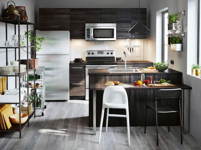 credence cuisine, étagère métallique à fleurs, meubles hauts et bas de cuisine en bois foncé, chaise de bar en blanc