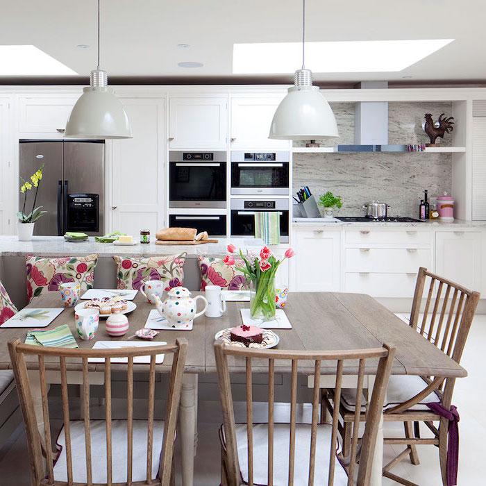 amenagement cuisine, table à manger avec chaises en bois clair, service de thé à design blanc avec points multicolore