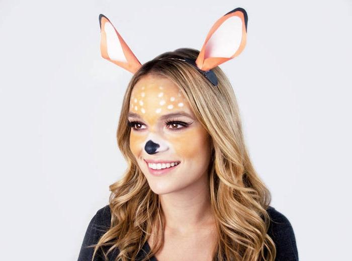 idée de maquillage snapchat cerf, museau noir, oreilles en papier, visage coloration marron, cheveux bouclés, halloween deguisement original