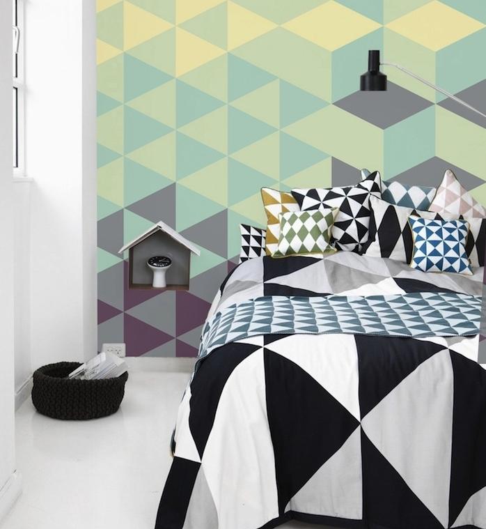 modele de papier peint géométrique pour la chambre à coucher, triangles jaune, gris et vert, linge de lit motifs geometriques, sol blanc