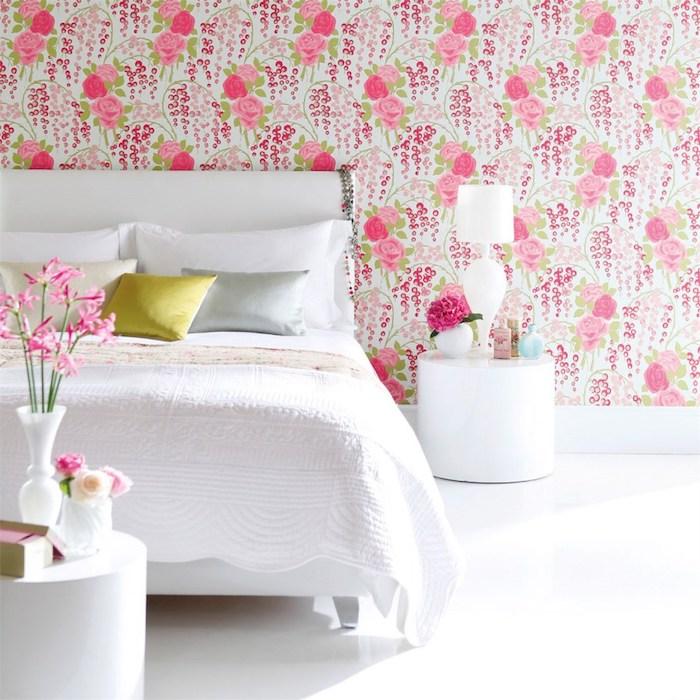 exemple de papier peint chambre féminine fleuri, fleurs, roses sur un fond blanc, linge de lit blanc, coussins jaune, blanc et gris, table de nuit blanche