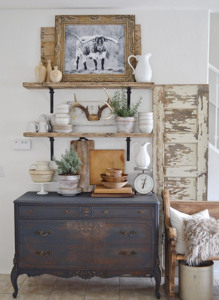 comment patiner un meuble, idée de commode gris anthracite, aspect usé. étagère vintage en bois et metal, vaisselle blanche, deco interessante, volet de fenêtre usé