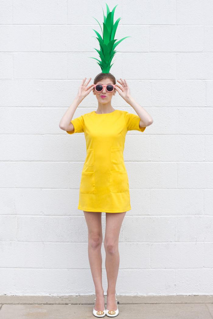 exemple original de déguisement halloween femme fait maison, robe couleur jaune et chapeau ananas en rouleau de papier toilette et feuilles de papier vertes