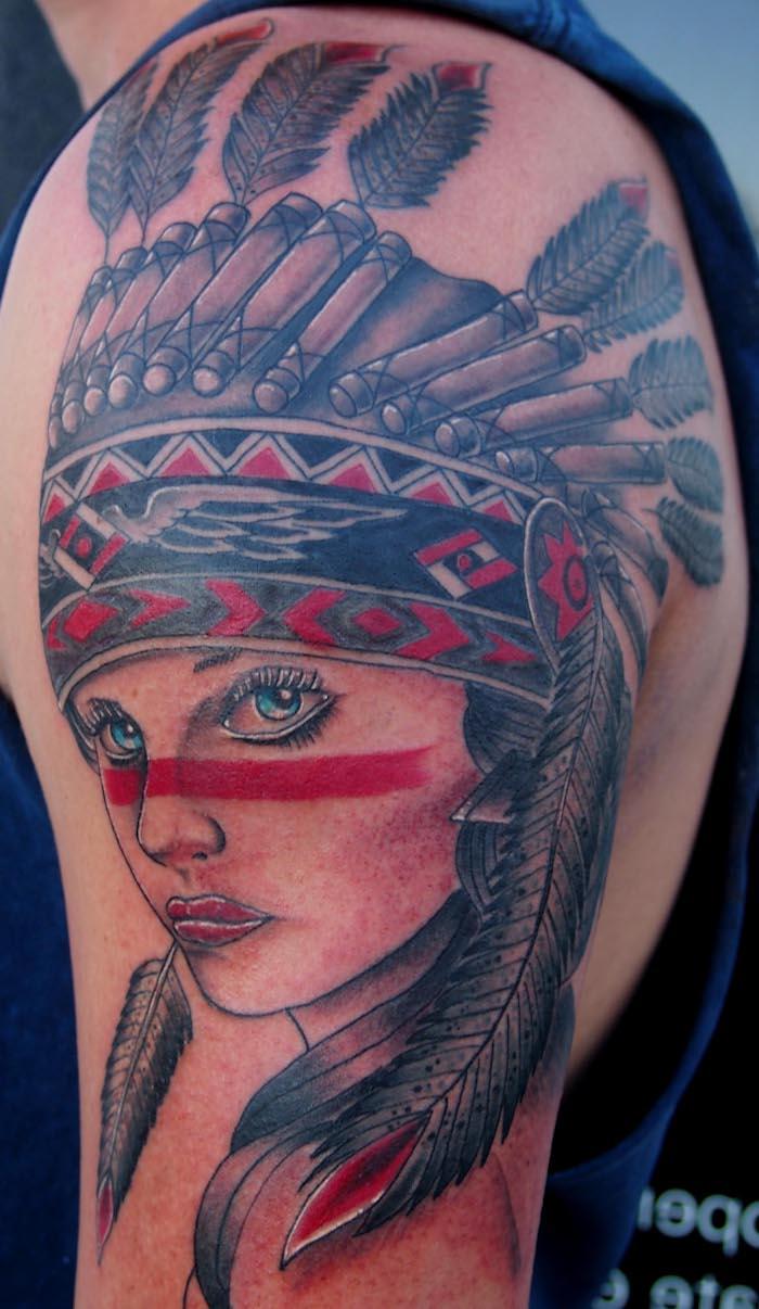 idée tatouage femme, dessin visage femme aux yeux bleus et maquillage ligne rouge indien, tatouage bras homme