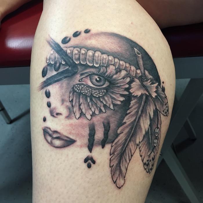femme tatoué, dessin en encre sur la peau d'inspiration visage féminin aux lèvres foncées