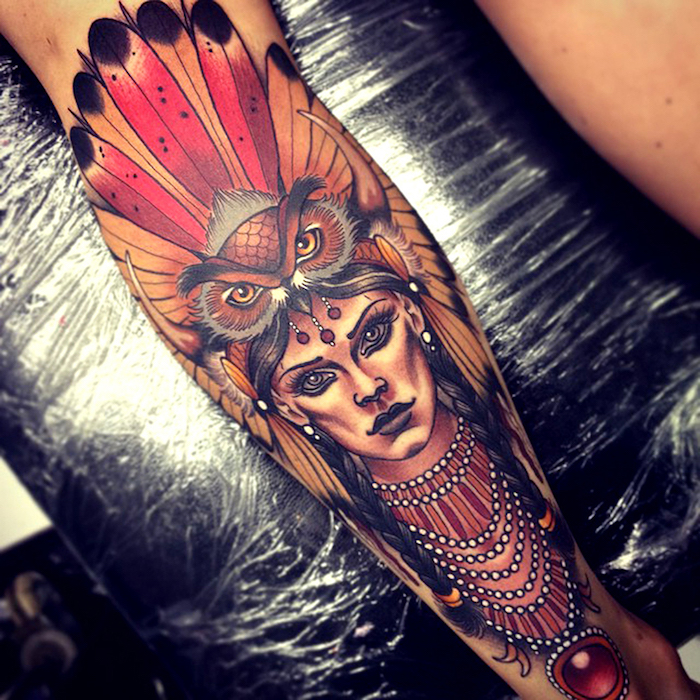 tatouage indien d amérique, dessin en encre sur le bras, tatouage à design femme aux cheveux tressés et tête de hibou avec plumes