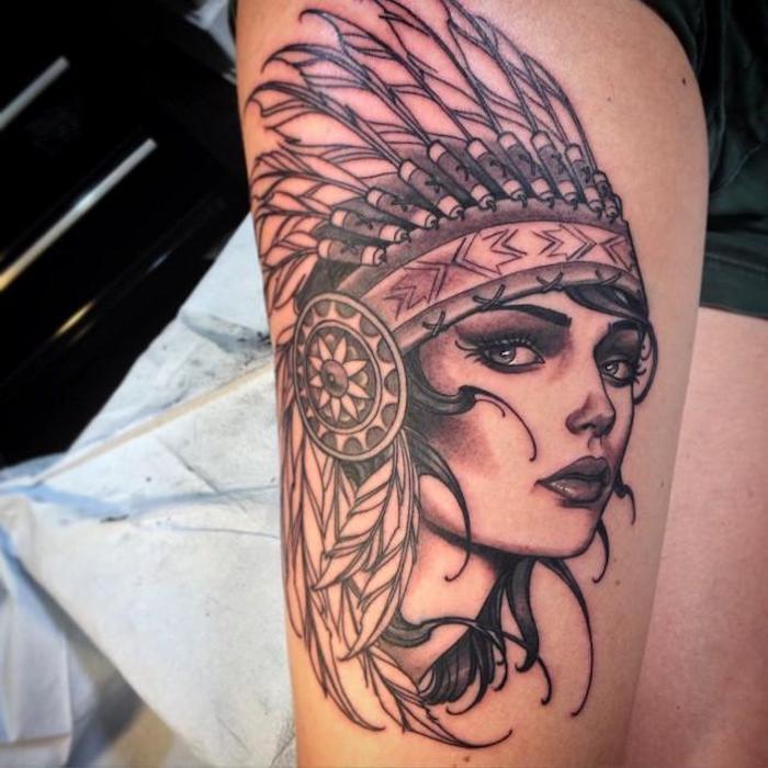 idée tatouage femme, dessin en encre sur jambe à motifs indien, art corporel d'inspiration femme aux cheveux noirs bouclés