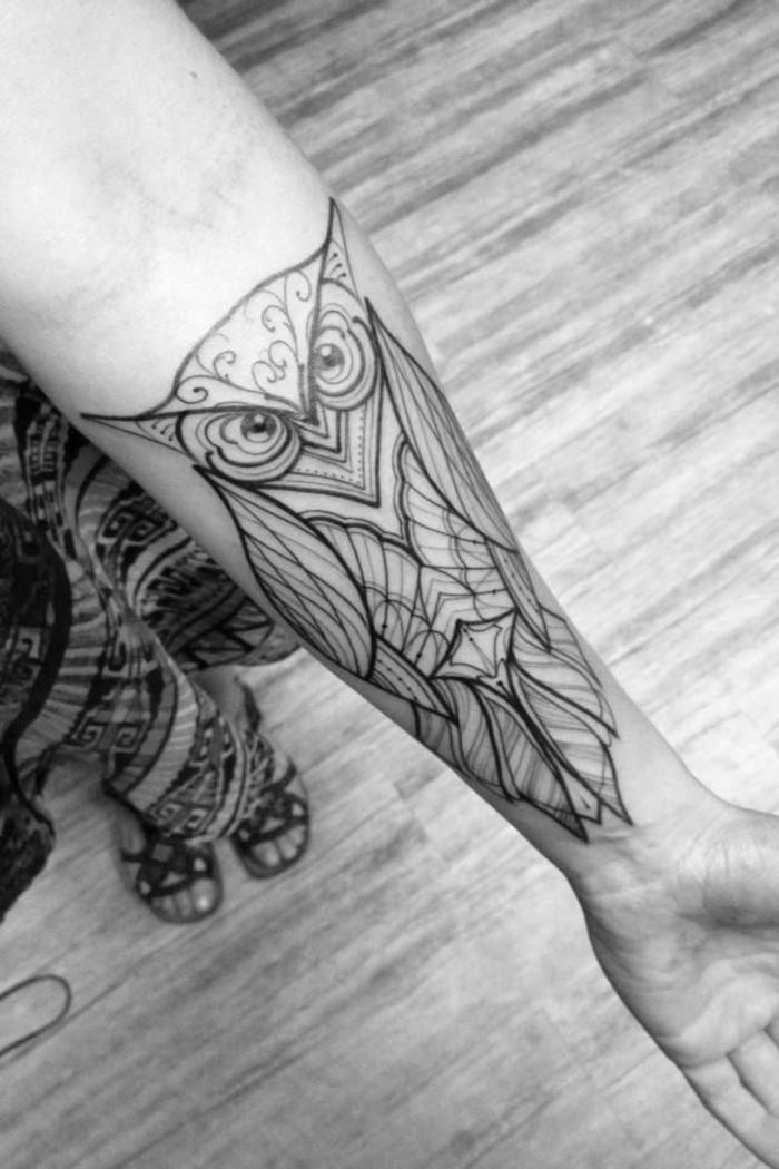 idée pour un tatouage avant bras femme symbolique et esthétique, hiboux géométrique aux formes harmonieuses