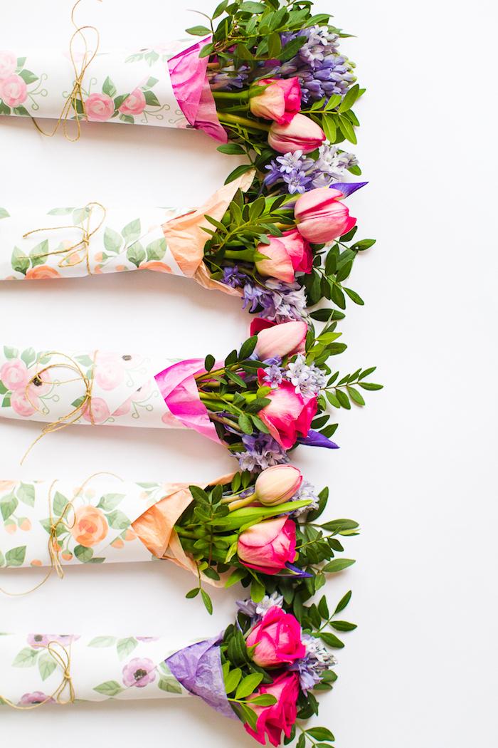petits bouquets simples de fleurs printanières enveloppées dans du papier à imprimé florale, bricolage facile