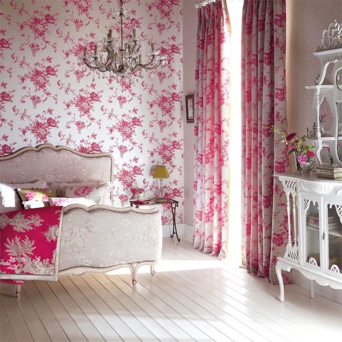 papier peint vintage, mur d accent blanc à motifs couleur rose, rideaux fleuries, lit baroque élégant, parquet blanchi, coiffeuse retro chic