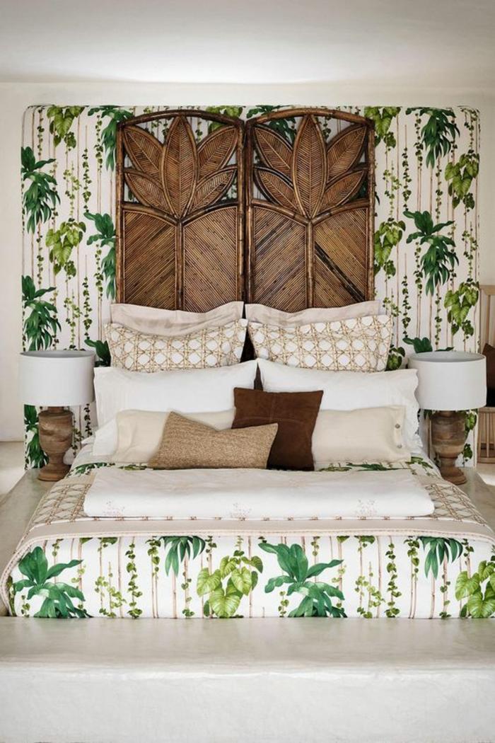 déco chambre adulte avec deux panneaux en bois incisé au dessus du lit positionné sur un mur en papier peint chambre adulte aux motifs plantes vertes