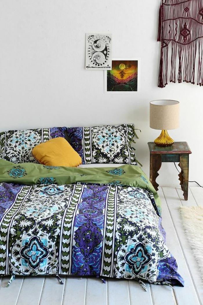 deco de chambre en style hyppie minimaliste aux couleurs vives avec meuble de lit en style hindou
