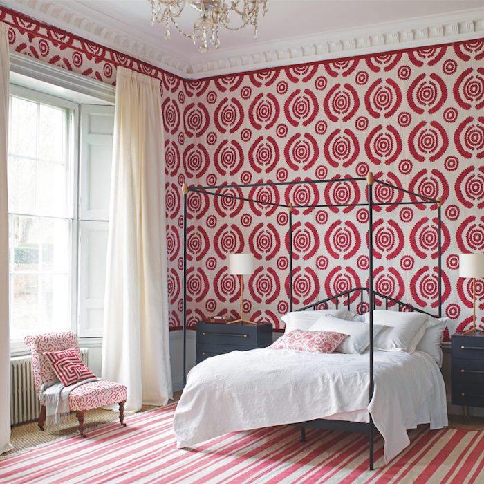 exemple papier peint formes geometriques, cercles rouges, lit metallique gris, linge blanc, tapis `à rayures blanches et rouges, lustre élégant