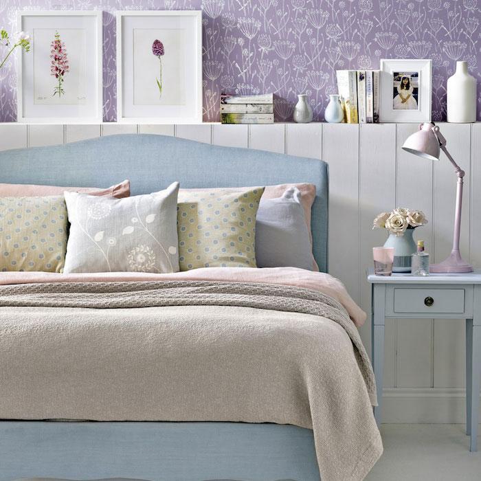papier peint chambre couleur violette avec des motifs floraux blancs, lit bleu, linge de lit gris, rose et vert pastel, déco chambre cocooning, table de nuit bleue
