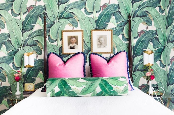papier peint chambre, inspiration greenery, palmes, feuilles vertes des palmiers sur un fond blanc, motifs jungle, coussins rose, couverture lit blanche