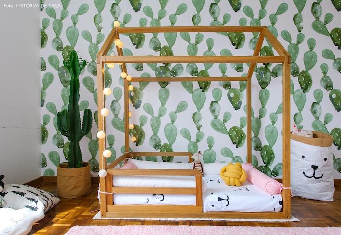 papier peint enfant, cactus verts sur un fond blanc, lit cabane en bois, matelas blanc, tapis rose, guirlande lumineuse decorative