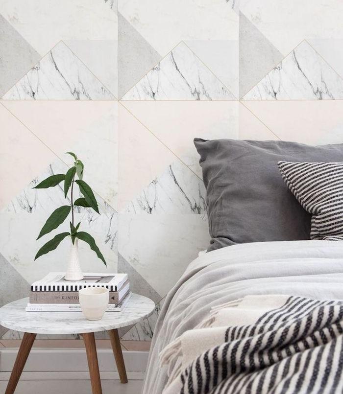 papier peint graphique et effet marbre, triangles rose clair, gris, blanc, linge gris, noir et blanc, table de nuit bois et marbre