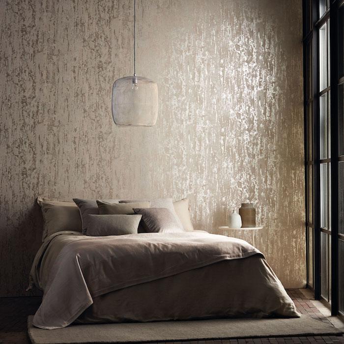 revetement mural, effet metallique, aspect usé, linge gris pour le lit, suspension originale, tapis gris