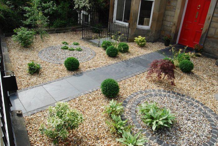 jardin mineral, décoration de jardin avec galets, cercles décoratifs en pierres avec plantes vertes
