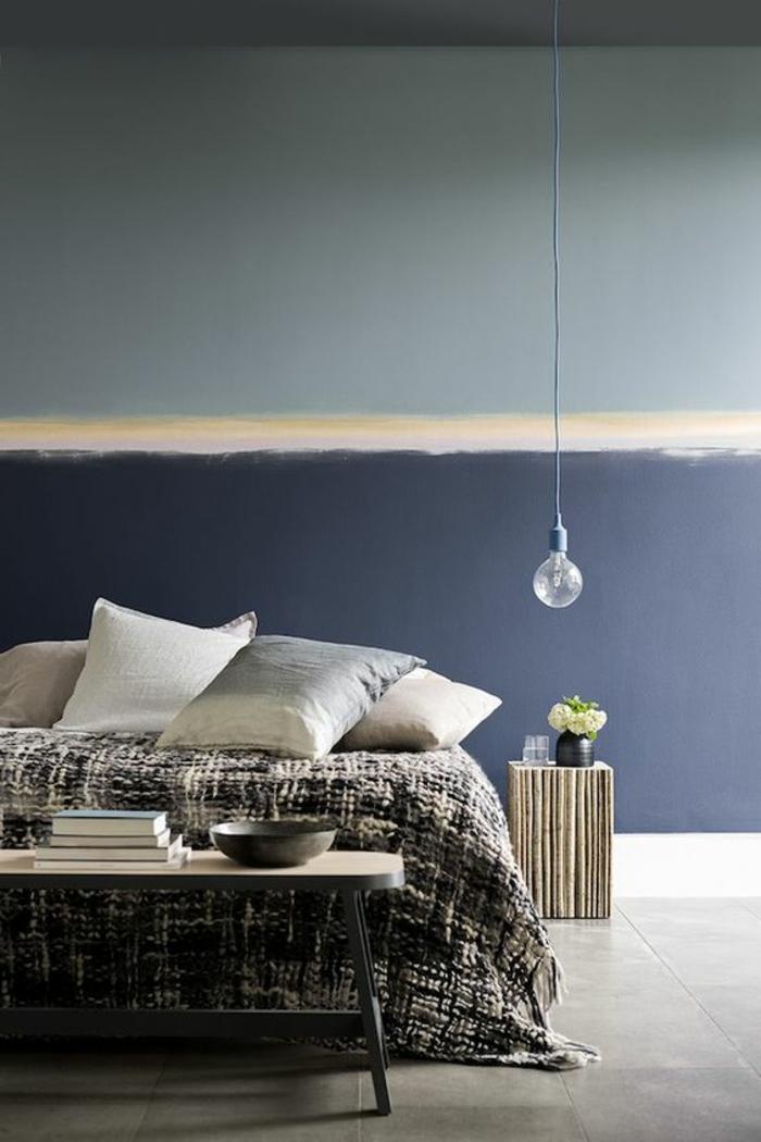idée déco chambre adulte avec murs peints en quelques nuances du bleu avec ampooule longue suspendue au dessus du lit