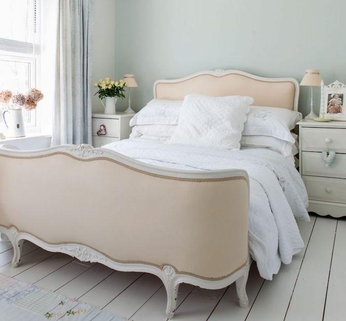 peinture chambre adulte, gris tirant ver le vert, parquet blanchi, lit saumon, style baroque, linge de lit blanc, deco florale et table de nuit blanche