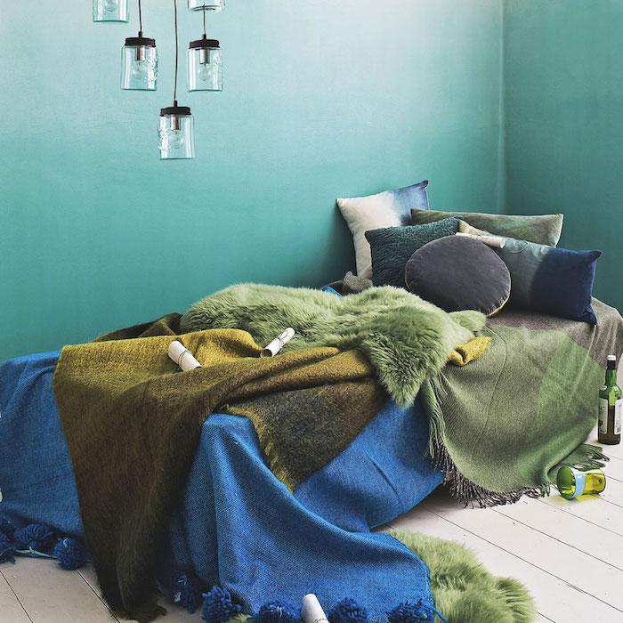 couleur chambre adulte, mur peinture blanche et vert, effet ombré, linge de lit vert et bleu, lampe bocal et parquet clair pour une ambiance bord de mer