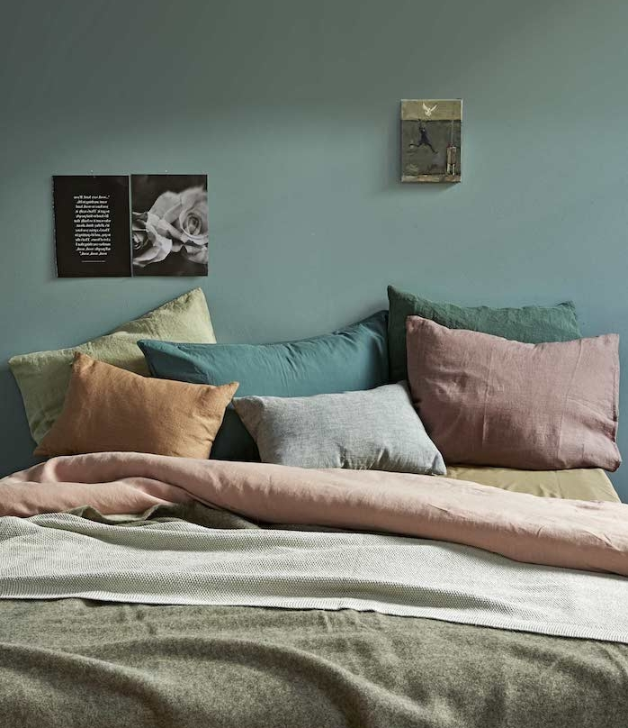 décoration chambre adulte vert tirant vers le gris, coussins, rouge, vert, orange, jaune et gris, linge de lit gris