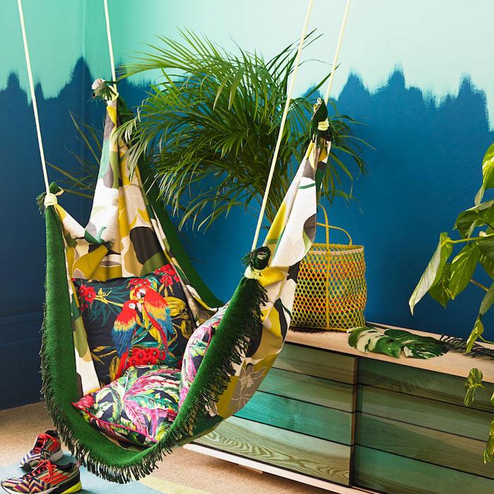 peinture chambre adulte couleur bleue et verte, palmier decoratif, hamac coloré, esprit jungle tropicale, interieur exotique