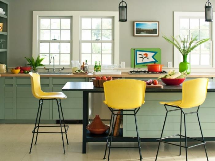 repeindre meuble cuisine, chaises jaunes repeintes, ilot central et façade cuisine vert menthe, plan de travail bois, suspensions originales