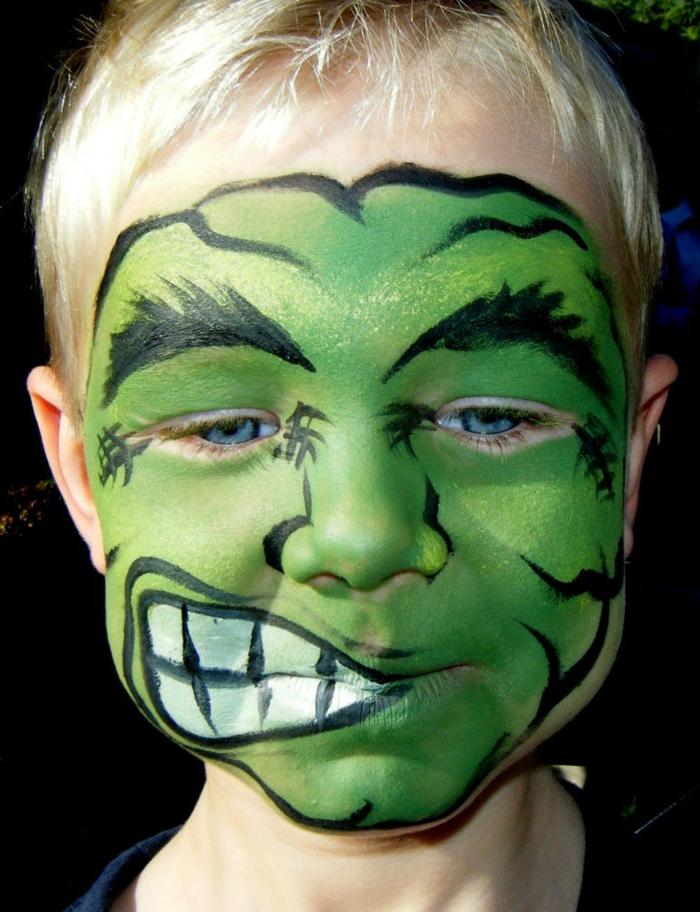 peinture visage, visage vert aux dents immenses peint sur le visage d'un petit garçon
