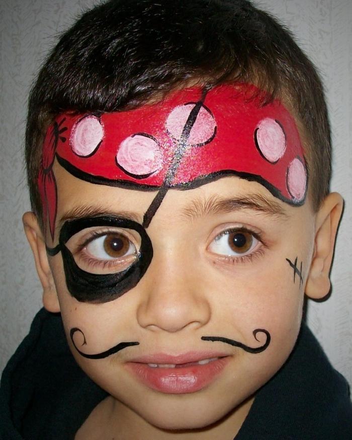 peinture visage, maquillage pour garçon pirate, bandeau rouge et moustaches