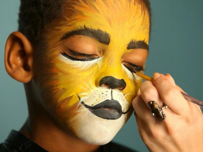 peinture visage, visage de chat jaune avec sourcils soulignés, un museau avec moustaches