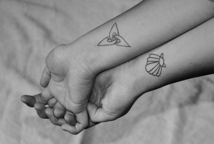 tatouage symboliques pour meilleures amies, dessin en encre sur les poignets féminins