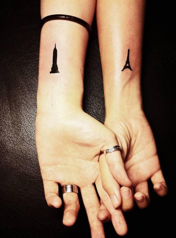 tatouage femme à design voyage, dessin en encre sur les poignets, tatouage architecture pour femme