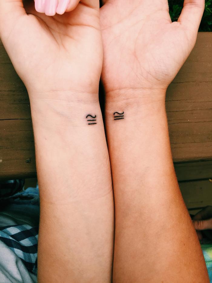 tatouage commun meilleure amie, petit symbole en encre sur les poignets à design amitié