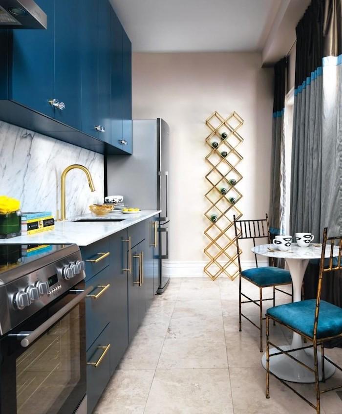 amenagement petite cuisine, carrelage de sol à design marbre beige, rideaux longs en marron et gris avec ourlets turquoise