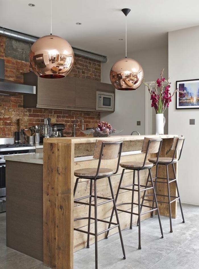 petite cuisine qui allie l'aménagement moderne style industriel aux accents rustiques du bar