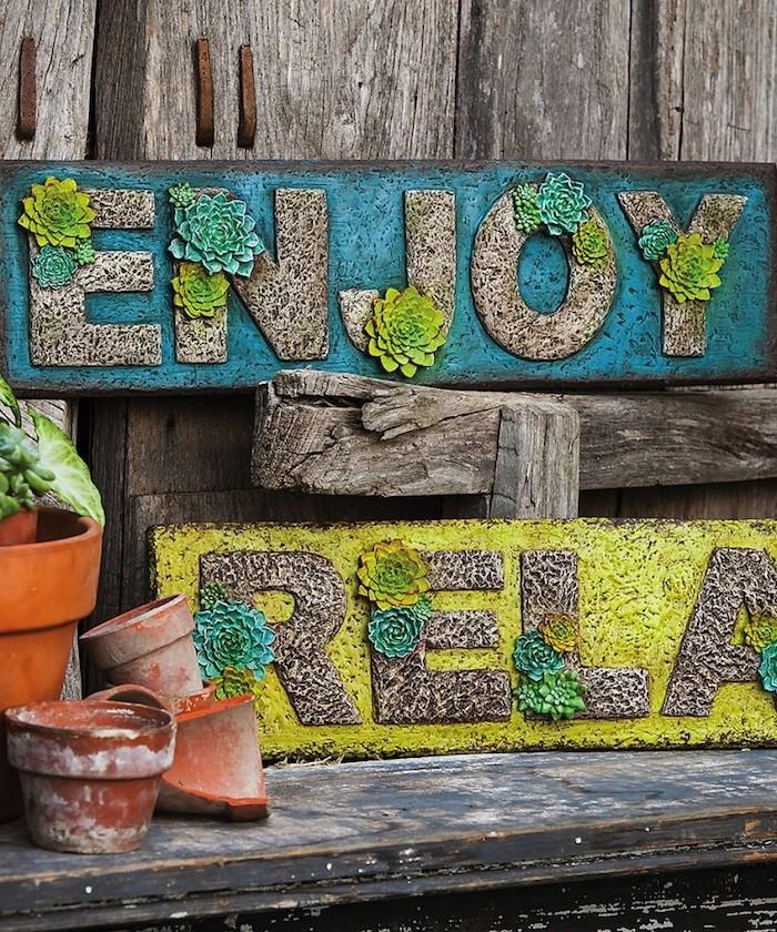 idee deco jardin, panneau de jardin avec plantes succulentes et peinture bleu et jaune