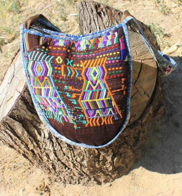 pochette bandoulière en marron et bleu, motifs ethniques chic bariolés
