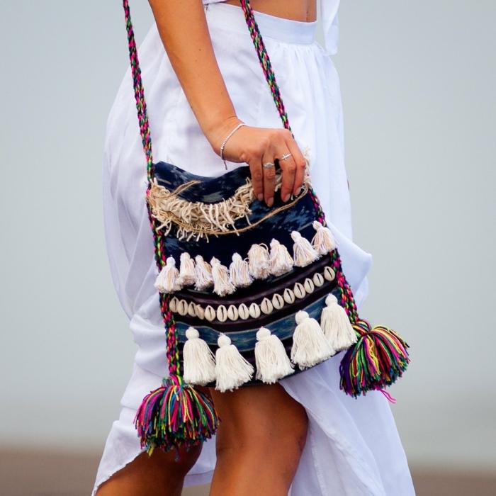 pochette bandoulière, petit sac rectangulaire avec pompons, sac bleu femme