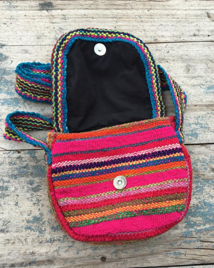 pochette bandoulière, petit sac besace à rayures, fermeture avec bouton, motifs ethniques