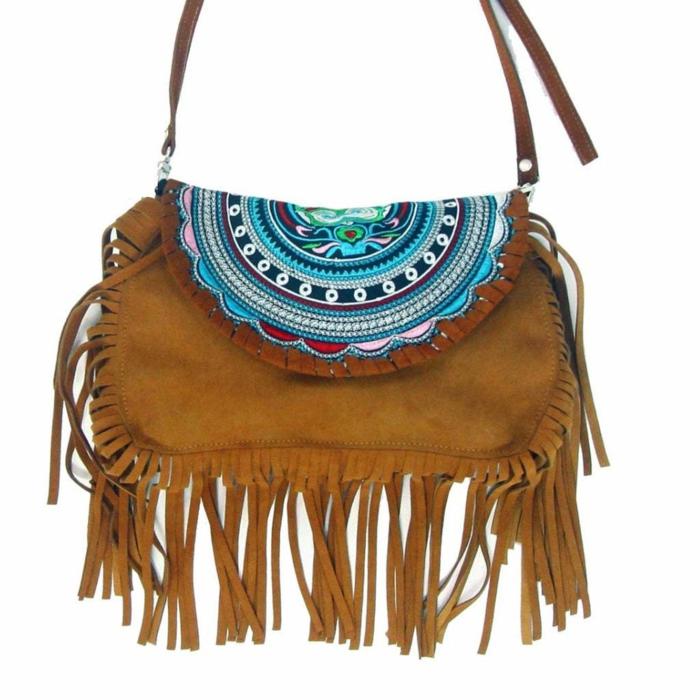 pochette bandoulière, couleur camel, sac avec bandoulière et décoré de franges