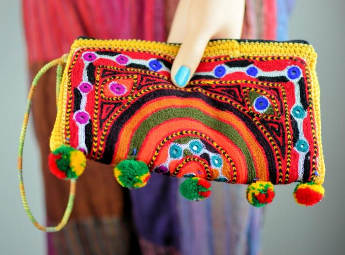 pochette bandoulière, petit sac rectangulaire, pompons multicolores, motifs folkoriques