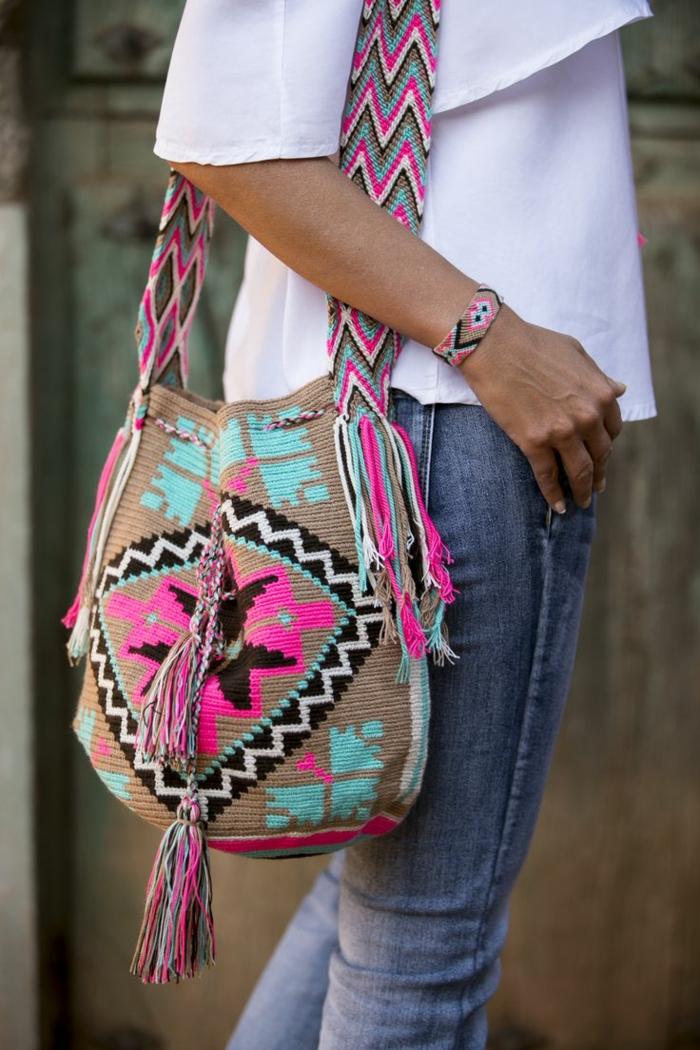 pochette brodée, bandoulière brésilienne, motifs en rose et bleu