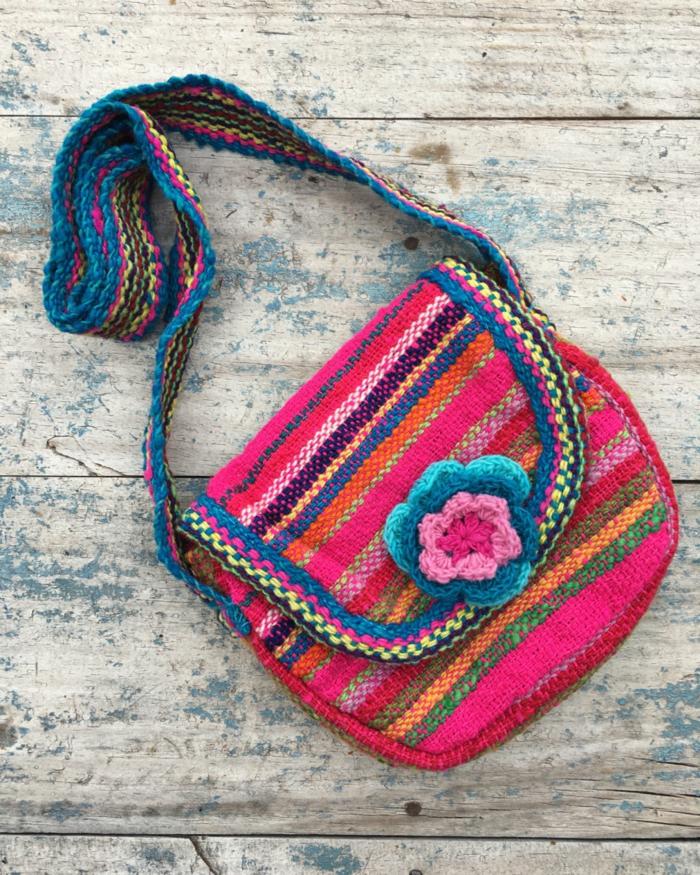 pochette brodée, fabrication artisanale, bandoulière tricotée aux couleurs béons
