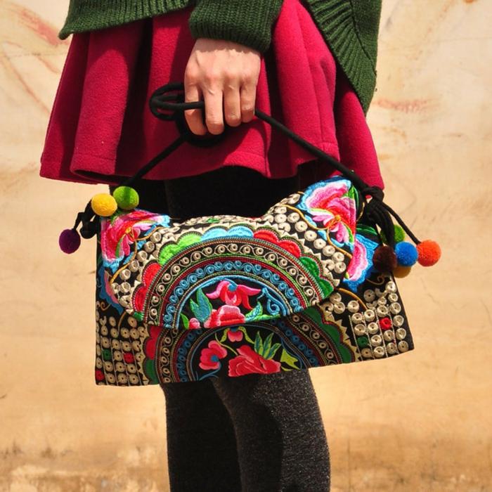 pochette brodée, tenues boho chic avec un sac bariolé style ethnic chic avec bandoulière