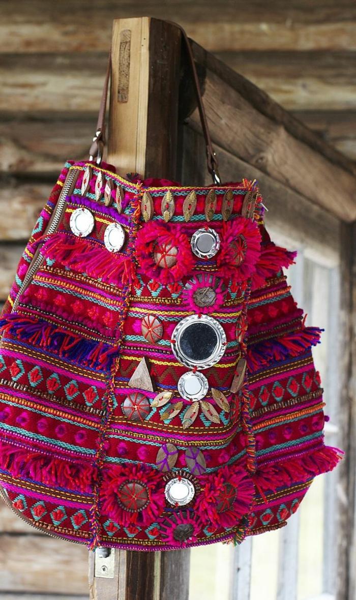 pochette brodée, ornements métalliques, sac de la gamme pourpre et avec bandoulière