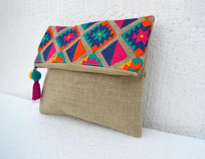 pochette de soirée pas cher, sac aux figures aztèques, couleurs vitaminées