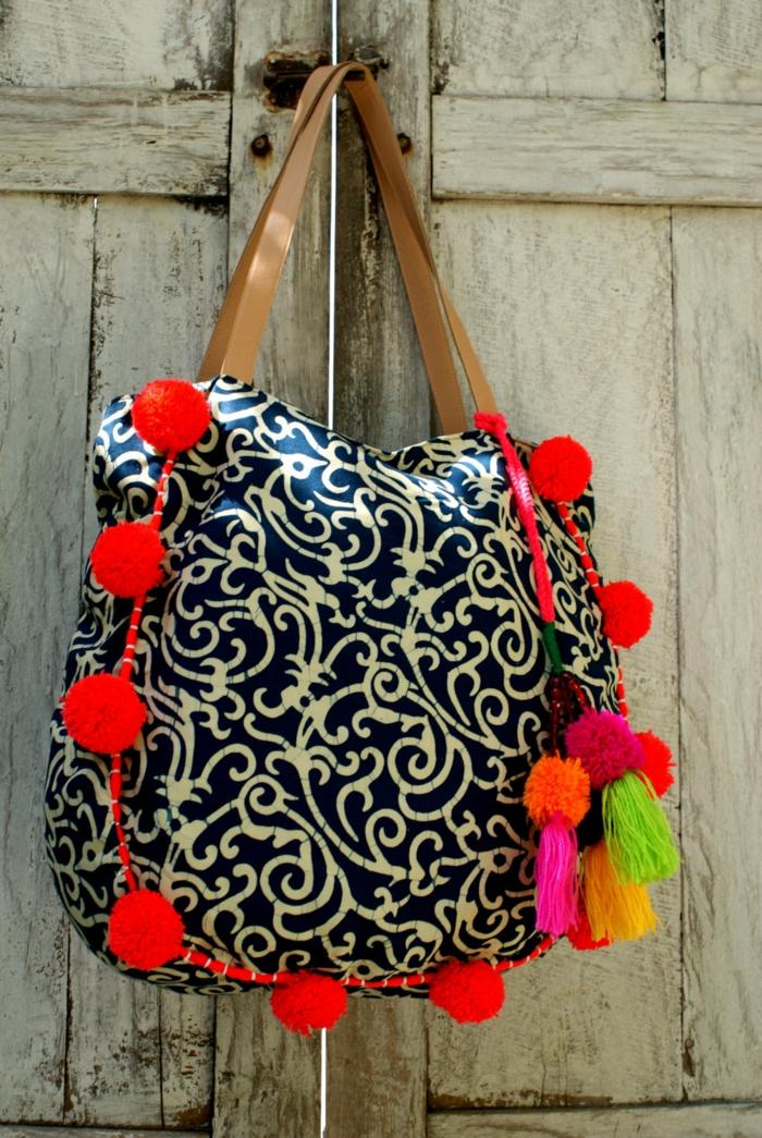 pochette de soirée pas cher, sac motifs floraux avec pompons colorés