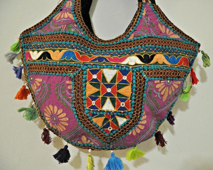 pochette de soirée en style ethnique chic, franges colorées, motifs brodés orientaux